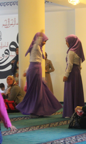 Girls are dancing in the lower room of the mosque after prayer (photography 2014-08-31: Kirsten Kötter)